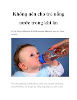 Không nên cho trẻ uống nước trong khi ăn doc
